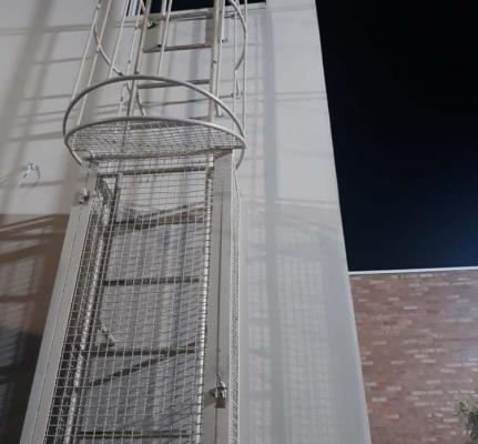 Escada Marinheiro com Guarda Corpo Em Ferro com Pintura Epoxi