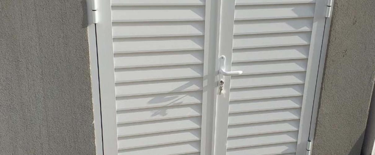 Porta em Alumínio Duas Folhas Linha Suprema Veneziana